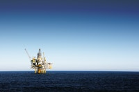 Offshore oil platform i Stock 157439804